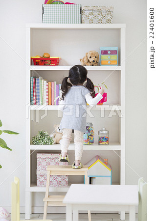 脚立に立つ女の子 22401600
