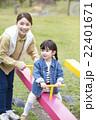 シーソーで遊ぶ母と娘 22401671