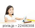 タブレットを使い勉強する女の子 タブレット 小学生 女の子 勉強 22406308