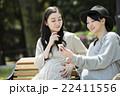 妊婦 スマホ 操作の写真 22411556