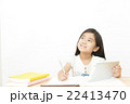 タブレットを使い勉強する女の子 タブレット 小学生 女の子 勉強 22413470