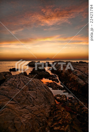 千葉県 洲崎神社 夕日の岩礁と富士山 22425784
