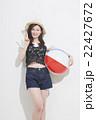 ビーチボールを持つ女性 22427672