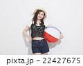 ビーチボールを持つ女性 22427675