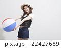ビーチボールを持つ女性 22427689