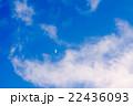 真っ青な青空に小さく見える半月 22436093