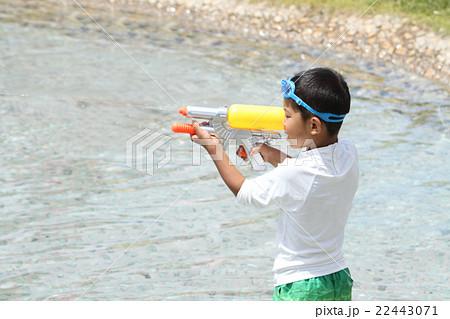 水鉄砲で遊ぶ小学生(1年生) 22443071