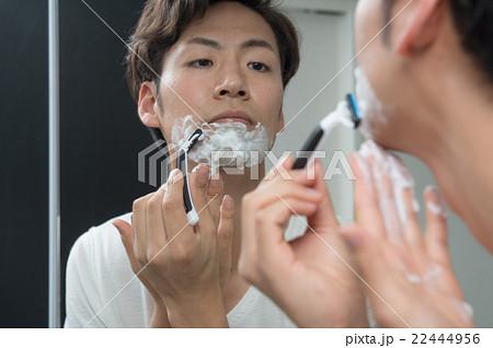 髭 を 剃る