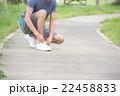 靴紐を結ぶ男性 22458833