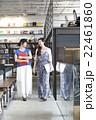 資料を持って歩く女性達 22461860