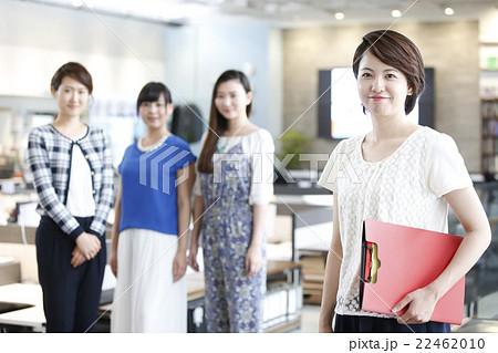 オフィスで働く女性 22462010