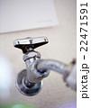 洗濯機につながる水道の蛇口 22471591