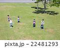 屋外の小学生 22481293