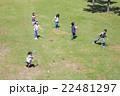 屋外の小学生 22481297