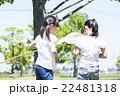 屋外で遊ぶ小学生 22481318