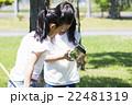屋外で遊ぶ小学生 22481319