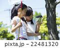 屋外で遊ぶ小学生 22481320