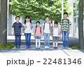 屋外の小学生 22481346