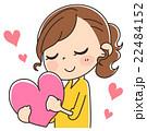ハートを抱く女性のイラスト 22484152