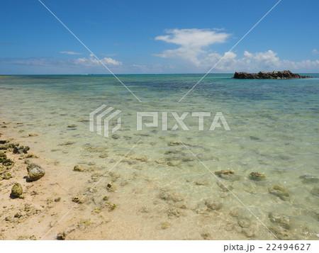沖縄・竹富島の石がゴロゴロした星砂の浜(カイジ浜)と青い海と夏空 22494627