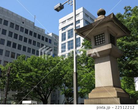 新緑が美しい表参道のケヤキ並木と明治神宮の石灯籠(表参道交差点) 22512212