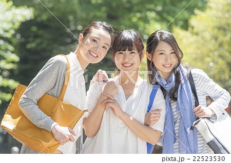 若い女性3人 22523530