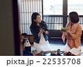 金沢を旅行する女性たち 22535708