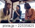 金沢を旅行する女性たち 22535825