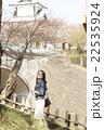一人旅をする女性 22535924