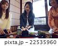金沢を旅行する女性たち 22535960