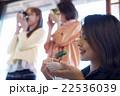 金沢を旅行する女性たち 22536039