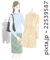 服を選ぶ女性 22539587