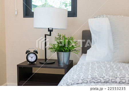 modern bedroom with reading lamp and alarm clockの写真素材 [22553235] - PIXTA