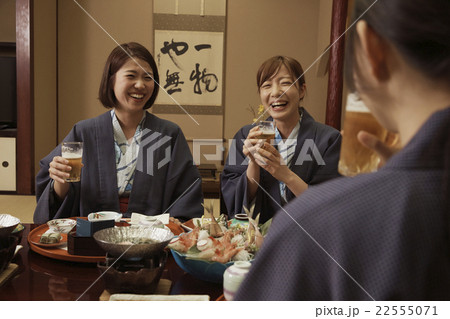宿で食事する女性達 22555071