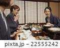 宿で食事する女性達 22555242