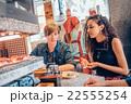 回転寿司を体験する外国人 22555254