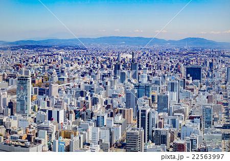 名古屋のビル群と山並み 22563997