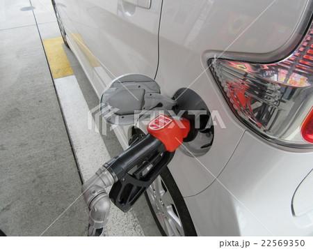 ガソリンスタンドでガソリン給油 22569350