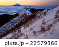 鳳凰三山・観音岳から夜明けの富士山と薬師岳への稜線 22579366
