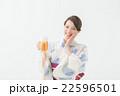 ビールを飲む浴衣の女性 22596501
