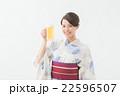 ビールを飲む浴衣の女性 22596507
