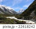 マウントクックと氷河湖から流れる川 22618242