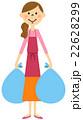 ゴミを出すエプロンの女性   22628299