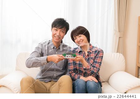 住宅模型を持つ夫婦 22644441