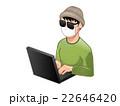 パソコンを使う怪しいサングラスの男 22646420