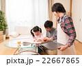 子供の勉強を見守る夫婦 22667865