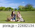 休日の公園で寛ぐ二人の女性 22682134