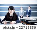 タブレットパソコンを使って授業を受ける女子高校生 22719859