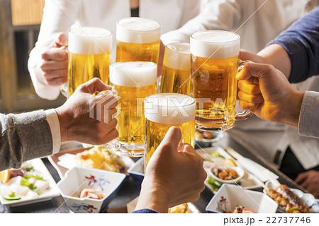 居酒屋で乾杯をする男女 22737746