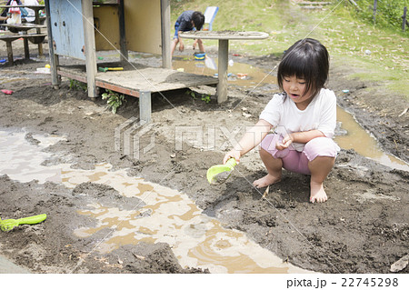 泥んこ遊びをする女の子 22745298